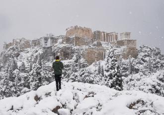 Furtuna de zăpadă din Grecia a provocat haos: vaccinări oprite, străzi blocate, transport dat peste cap