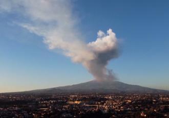 Cea mai mare erupție a vulcanului Etna din ultimii ani, Fumul și lava, vizibile de la kilometri depărtare