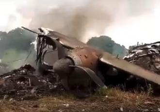 Imagini dramatice în Nigeria, după ce un avion s-a prăbuşit, chiar în faţa aeroportului. Nu există supravieţuitori, pilotul ar fi anunţat în zbor o defecţiune la motor