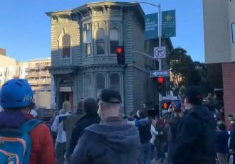 """O casă veche de peste un secol, din San Francisco, a fost mutată la o nouă adresă. """"Nu vezi așa ceva în fiecare zi!"""""""