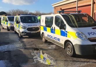 Adolescenți siliți să curețe duba de poliție cu periuțele de dinți, după ce au aruncat cu noroi în ea, în Anglia