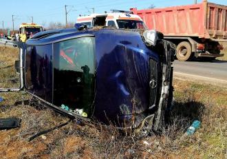 Accident grav în Caracal. Femeie moartă într-un Opel răsturnat, un copilaș de 11 luni și alte două persoane au ajuns la spital