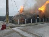 Un tânăr din Suceava și-a dat foc la casă și la cea a tatălui său în timp ce recita din Biblie. Cum s-a terminat