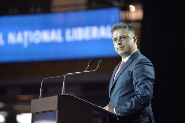 Președintele PNL Neamț, Mugur Cozmanciuc, trimis în judecată de DNA pentru că ar fi pretins mită 500.000 de lei să influențeze numirea unui șef la Apele Române