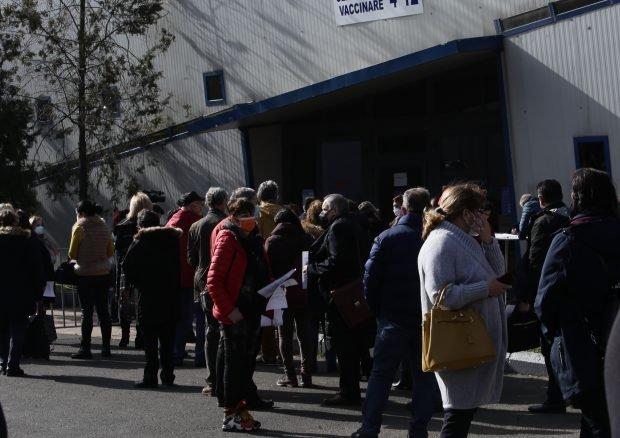 Sute de oameni, la coadă la centrele de vaccinare de la Romexpo. Oficialii spun că mulți au venit mult mai devreme decât erau programațini