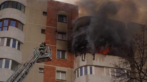 Incendiu într-un bloc din Constanța. O femeie a căzut de la geam încercând să scape de flăcări. Ambulanța Constanța a anunțat decesul