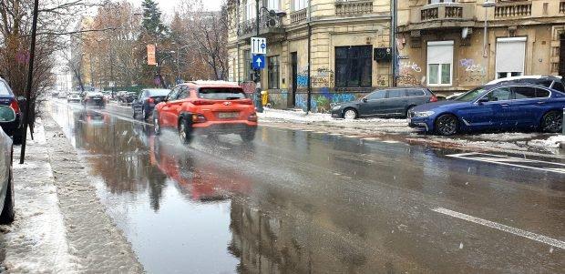 România, sufocată de poluarea auto. Opt din zece mașini care circulă pe străzi sunt mai vechi de 10 ani