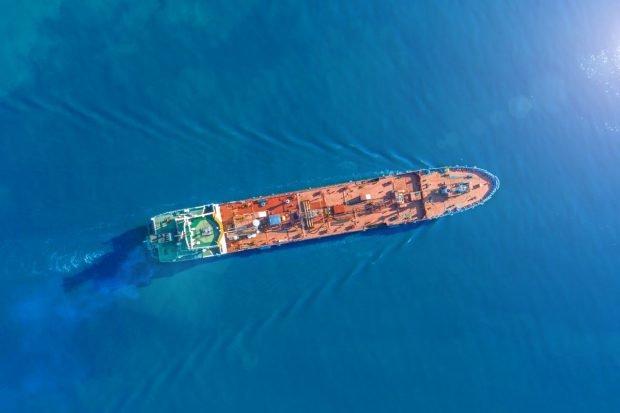 Voiaj fără sfârșit: după patru ani pe mare, echipajul disperat al unei nave rămâne încă blocat la bord, la câțiva metri de țărm