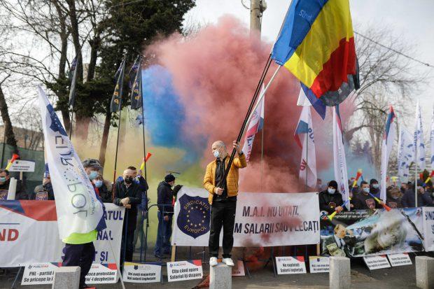 Sindicaliștii din Poliție, protest cu fumigene la Palatul Cotroceni pentru drepturile salariale