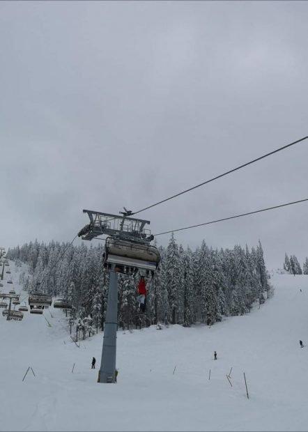 Un turist din Poiana Brașov a sărit din telescaun, după ce i-a căzut un schi