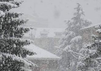 Alertă meteo de vreme severă emisă de ANM în 16 județe. Ninsori și viscol la munte, ploi și ger în restul ţării