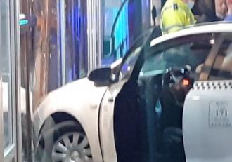 Un taximetrist a leşinat la volan şi a intrat cu maşina într-un magazin