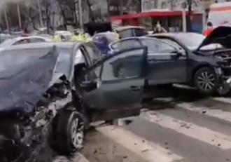 Impact violent între două maşini, după ce o şoferiţă din Iaşi nu a acordat prioritate. Doi copii, printre victimele grav rănite