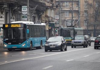 STB cheamă angajații liberi de acasă pentru a suplimenta capacitatea de transport. Maşinile programate să se retragă rămân şi ele pe traseu