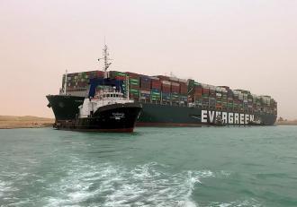 Până la 20.000 de metri cubi de nisip trebuie îndepărtaţi din Canalul Suez pentru eliberarea navei blocate încă de marți, potrivit autorităților