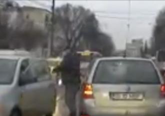 Conflict în trafic, rezolvat cu pumnul. Un bărbat din Iaşi a vrut să îşi verse furia pe un alt şofer, aşa că i-a lovit portiera maşinii