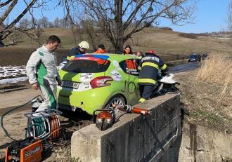Accident la Raliul Brașovului. Doi bulgari au lovit un cap de pod, s-a solicitat elicopter SMURD pentru copilotul Yanaki Yanakiev