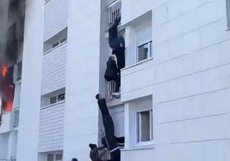 Mai mulţi tineri au făcut un lanţ uman şi s-au căţărat pe faţada unei clădiri pentru a salva o familie dintr-un incendiu, în Franţa