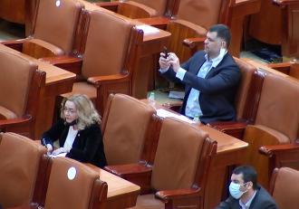 Ministrul Sănătăţii Vlad Voiculescu şi ministrul Muncii, Raluca Turcan, amendaţi pentru că nu purtau mască