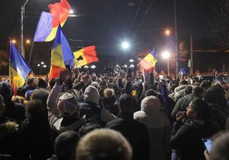 Două Românii: Una a protestelor. Alta a spitalelor pline şi a cifrelor negre