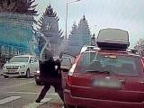 Incident halucinant în trafic. Un bărbat oprește o mașină și îl lovește pe șofer. VIDEO