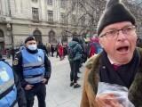 """VIDEO. Protestatar Covid-19, de față cu un jandarm: """"Auzi? Tot nu port mască!"""""""