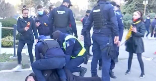 A patra zi de proteste împotriva restricțiilor. În Constanța, un bărbat a fost reținut de jandarmi