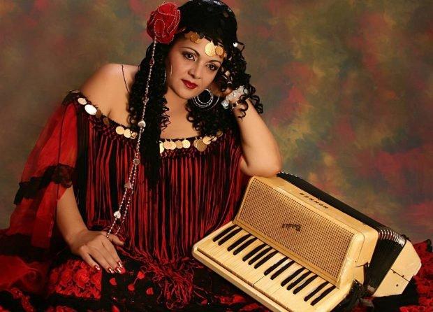 """Cornelia Catanga, """"regina muzicii lăutărești"""", avea o voce de aur, dar puțini știu despre ea cum cânta la acordeon, """"ca bărbații"""""""