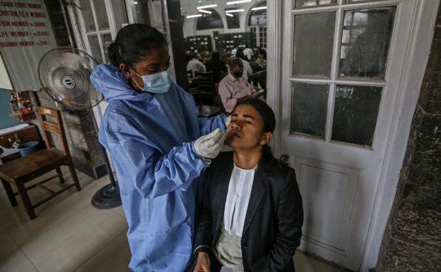 """India anunță că a descoperit o nouă variantă COVID dublu mutantă. Experții britanici consideră """"afirmațiile îndrăznețe"""""""