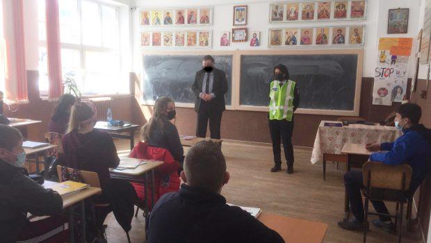 Cum promovează IPJ Suceava prevenirea delicvenței juvenile: A trimis presei o fotografie în care un profesor are mâzgălită pe față o mască