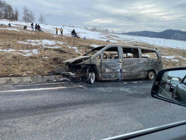 Un microbuz cu 8 pasageri din Brașov a luat foc în mers. Traficul este blocat pe DN 1