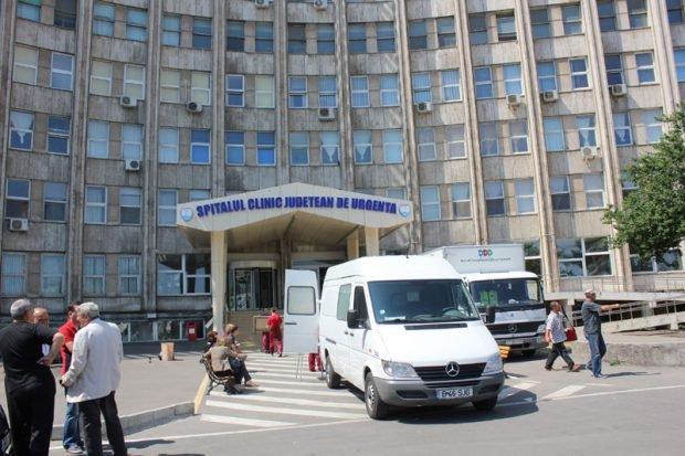 """Pacient filmat stând pe jos, pe holul Spitalului Județean Constanța, acoperit cu un cearșaf. Managerul: """"La 75 de bolnavi, în tura de noapte, este o asistentă"""""""