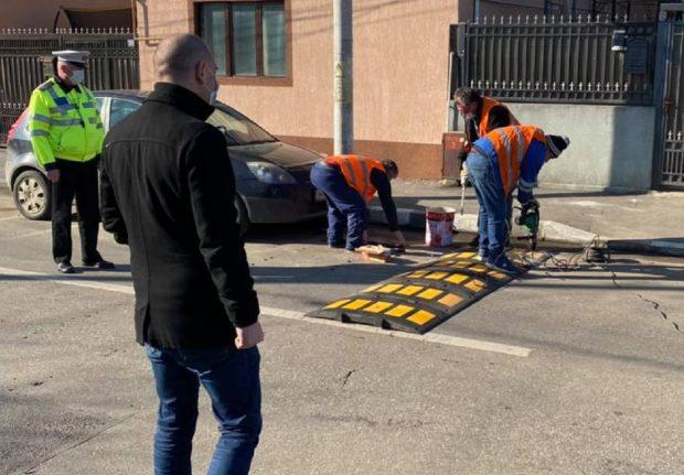 Șapte limitatoare de viteză montate pe strada Mențiunii, pe care au fost ucise două fete, acum 6 zile, de o mașină care a intrat direct în ele cu 107 km/h