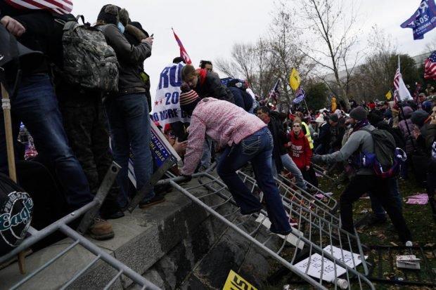 Judecătorii americani au interzis accesul la Internet unor participanți la asaltul de la Capitoliu. Peste 370 de persoane, puse sub acuzare