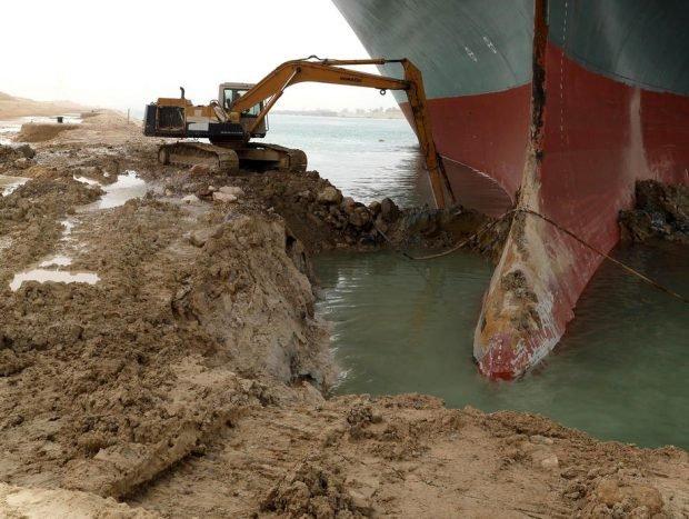 Criză în canalul Suez, după ce o navă a eșuat. Eforturi pentru reluarea traficului, în timp ce alte peste 150 de nave au rămas blocate