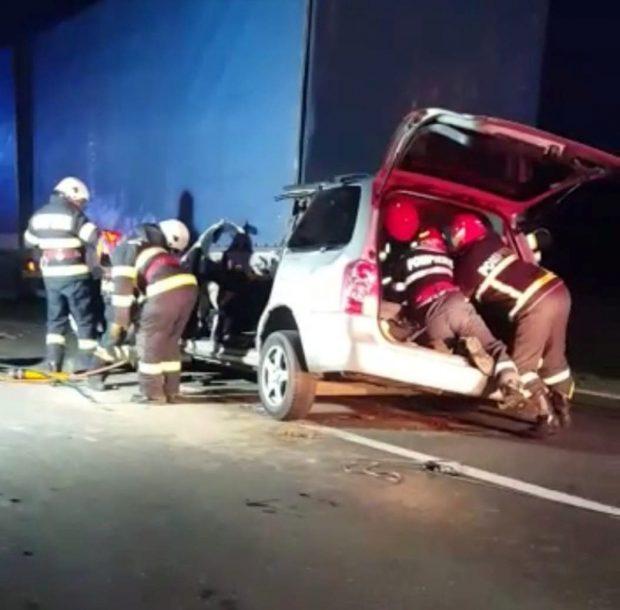 Carnagiu pe șoseaua dintre Vaslui și Galați. Patru oameni au murit după ce o mașină a intrat într-un TIR oprit pe marginea drumului