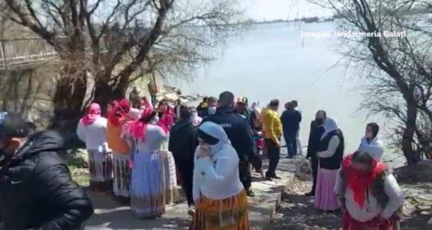 Un pastor, amendat de jandarmi pentru organizarea unui botez în Dunăre