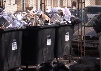 Munţi de gunoaie au răsărit în jurul sediului Ministerului Mediului, instituţia care trebuie să rezolve problema deşeurilor din România