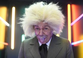 iUmor, astăzi, de la 20.30, la Antena 1: Cristi Iacob, roast istoric în rolul lui Albert Einstein