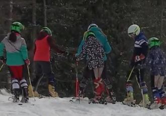 Copiii se bucură din plin de participarea la tabere de schi în vacanţa de primăvară