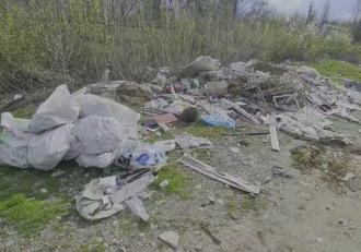Munţi de gunoaie au invadat Parcul Herăstrău, din cauza disputei dintre autorităţi şi compania de salubrizare