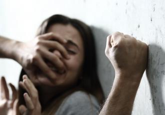 Un bărbat şi-a acuzat nevasta că îl înşală şi a ucis-o cu 300 de lovituri de cuţit, apoi s-a dus să-şi facă duş, în Anglia