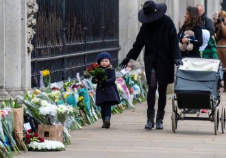 Funeraliile prinţului Philip vor avea loc la 17 aprilie, departe de ochii publicului. În fața Palatului Buckingham, britanicii au depus o mare de flori