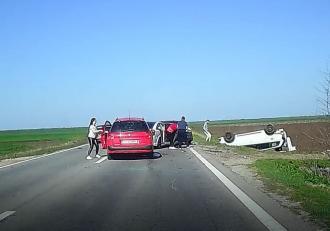 Imagini dramatice cu momentul în care trei mașini se ciocnesc pe DN6, în Teleorman. Martorii, șocați de violenţa impactului