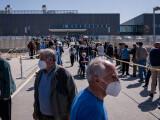 Madrilenii stau la cozi pentru a primi vaccinul AstraZeneca, în pofida asocierii sale cu cheagurile sangvine