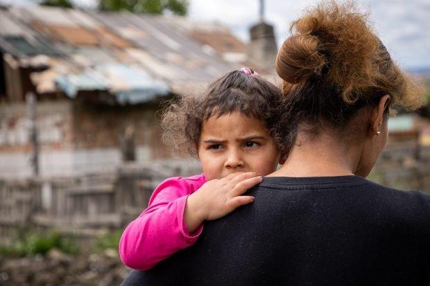 """""""Salvați Copiii"""": Segregarea copiilor romi în școli, interzisă pe hârtie, dar practicată pe teren"""