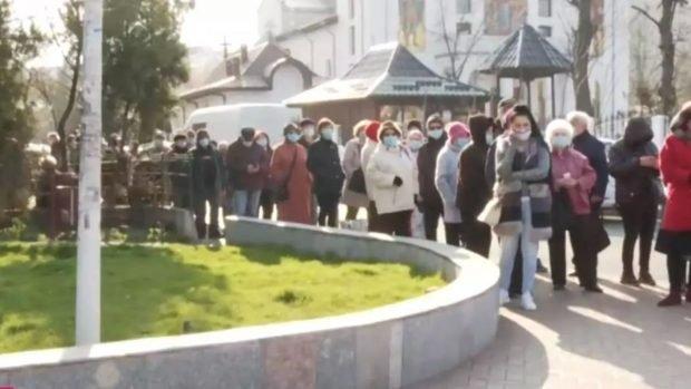 """Coadă de sute de persoane fața unei policlinici din București, pentru analize compensate. Administrator: """"Suntem depășiți"""""""