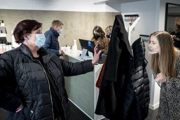 """""""Coronapas"""" sau amendă. Danemarca, prima țară UE care introduce pașaportul COVID pentru a redeschide economia"""