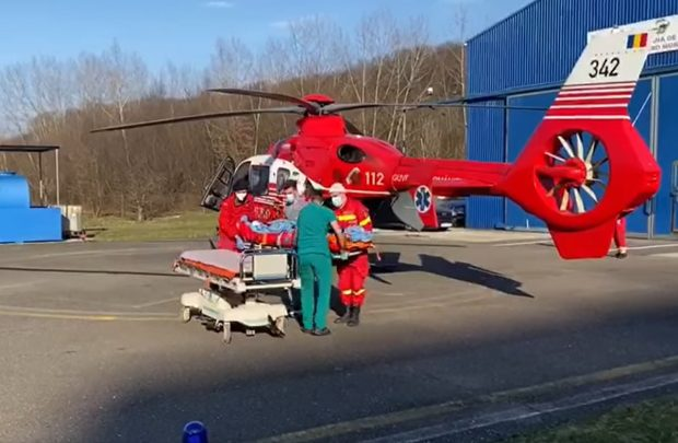 Elevă în clasa a V-a luată cu elicopterul SMURD din curtea școlii, un coleg a lăsat-o inconștientă. Profesorii erau la petrecere, în cancelarie