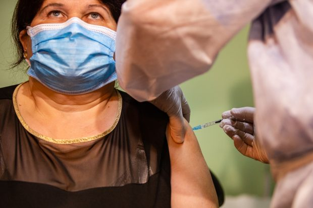 A început vaccinarea anti-COVID în cabinetele medicilor de familie. Primul pacient, imunizat la Timișoara